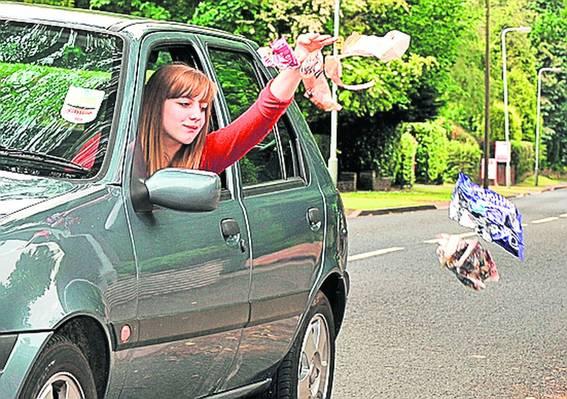 Aruncarea gunoielor pe geamul maşinii, un gest cât se poate de reprobabil!