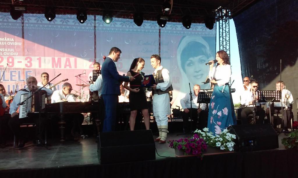 Primarul George Scupra înmânează trofeul câştigătorului